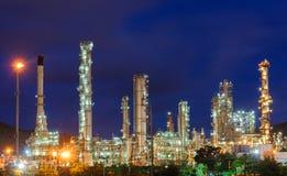 Olieraffinaderij bij schemeringhemel Royalty-vrije Stock Afbeeldingen