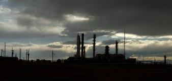 Olieraffinaderij bij Zonsondergang Stock Afbeelding