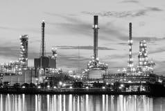 Olieraffinaderij bij (Zwart-witte) schemering Stock Foto's