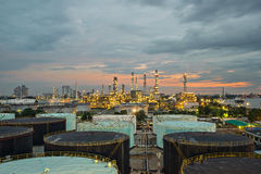 Olieraffinaderij en opslagtank bij schemering Royalty-vrije Stock Afbeeldingen
