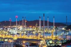 Olieraffinaderij en Petrochemische installatie bij schemer Stock Afbeeldingen