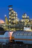 Olieraffinaderij en Treinen bij Nacht stock foto