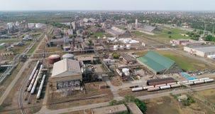Olieraffinaderij, hommelschot Reservoirs, tanks, schoorstenen, pijpen stock video