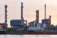 Olieraffinaderij met het vrachtschipparkeren dichtbij rivieroever in C Royalty-vrije Stock Afbeeldingen