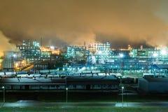 Olieraffinaderij met pijpen en distillatiecomplexen bij nacht Royalty-vrije Stock Afbeelding