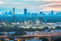 Olieraffinaderij met zonsondergang Stock Foto