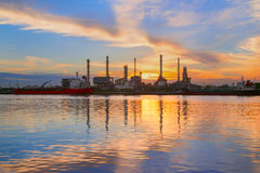 Olieraffinaderij, naast Chao Phraya River, in Bangkok, Thailand Stock Afbeelding