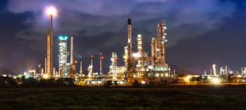 Olieraffinaderij in nacht Stock Fotografie