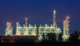 Olieraffinaderij op nacht stock fotografie