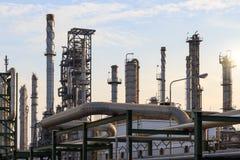 Olieraffinaderij productie stock afbeelding