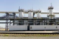 Olieraffinaderij in Rusland materiaal en complexen voor koolwaterstofverwerking Sectie technologische kolommen voor de vervaardig stock afbeelding