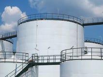 Oliereservoir en opslagtank minerale olie Stock Foto