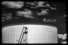 Oliesilo die in een industriële haven worden schoongemaakt stock fotografie