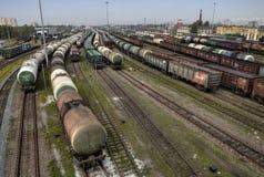 Olietank en treinen op spoorwegsporen, classificatiewerf, Rus Stock Foto