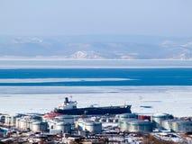 Olietanker bij Russische aardoliehaven Vladivostok Stock Foto's