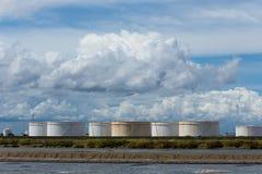 Olietanks op een rij onder blauwe hemel, Grote witte industriële tank F Royalty-vrije Stock Foto's