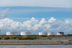 Olietanks op een rij onder blauwe hemel, Grote witte industriële tank F Royalty-vrije Stock Foto