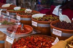 Olieven und tomaten auf dem Markt. In Italien stock photography