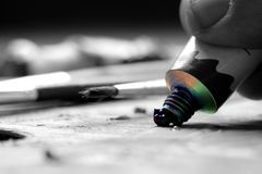 Olieverf die uit buis op palet worden gedrukt royalty-vrije stock foto