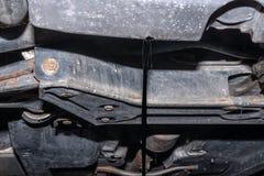 Olieverversing op de auto Afvoerkanaal oude olie royalty-vrije stock afbeeldingen