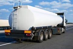 Olievrachtwagen op weg met leeg reservoir en bewolkte hemel, het concept van het ladingsvervoer Stock Foto