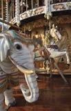 Olifant en Paard op de Carrousel van het Kermisterrein stock afbeelding
