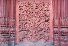 Olifant twee onder een boom van het leven Bas-hulp op de muur van een oude tempel Stock Afbeelding