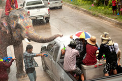 Olifanten die water in Songkran-festival in Thailand bespatten. Royalty-vrije Stock Foto's