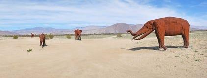 Olifanten - Metaalbeeldhouwwerken - Panorama Stock Afbeeldingen