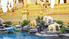 Olifanten, Mythische schepselen in een Anodat-vijver voor koninklijk van Tha royalty-vrije stock fotografie