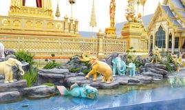 Olifanten, Mythische schepselen in een Anodat-vijver voor koninklijk van Tha stock fotografie