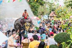 Olifants bespattend water tijdens Songkran-Festival op 13 April, 2018 in Ayutthaya, Thailand Stock Foto's
