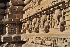 Olifantsbeeldhouwwerken bij Vishvanatha-Tempel, Westelijke tempels van Khajuraho, Madhya Pradesh, India. Unesco-de plaats van de w Stock Fotografie