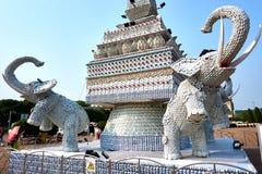 Olifantsstandbeeld uit koppen en platen naast het Oriëntatiepunt van Patuxai Victory Monument The One Attractive van Vientiane-St stock afbeeldingen
