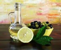 Olijf, olie en citroenen. Stock Foto's