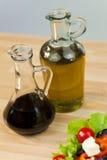 Olijfolie & Balsemieke Azijn met Verse Salade Royalty-vrije Stock Foto