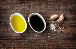 Olijfolie, balsemieke azijn, knoflook, zout en peper - vinaigrettevulling Stock Afbeelding