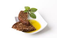 Olijfolie, brood en basilicum Stock Fotografie