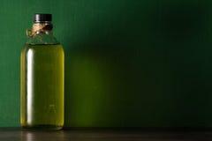 Olijfolie in de fles Stock Fotografie