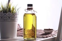 Olijfolie in de fles Royalty-vrije Stock Foto's
