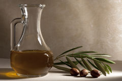 Olijfolie in een Olie-en azijnstelletje stock afbeelding