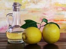 Olijfolie en citroenen. Stock Afbeeldingen