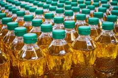 Olijfolie en de olieflessen van de Zonnebloem Stock Foto