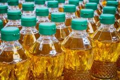 Olijfolie en de olieflessen van de Zonnebloem Royalty-vrije Stock Foto's
