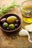 Olijfolie en gemengde olijven Royalty-vrije Stock Foto's