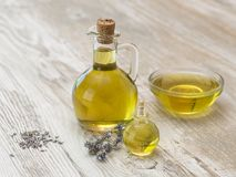 Olijfolie en lavendel op een houten keukenlijst Royalty-vrije Stock Afbeeldingen