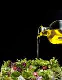 Olijfolie en salade Stock Afbeeldingen