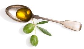 Olijfolie en takje met olijven Stock Fotografie