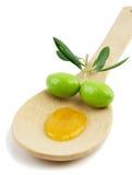 Olijfolie en verse olijven in een houten lepel Stock Afbeelding