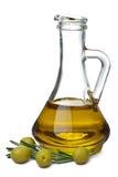 Olijfolie in fles en geïsoleerdew olijven Stock Afbeelding